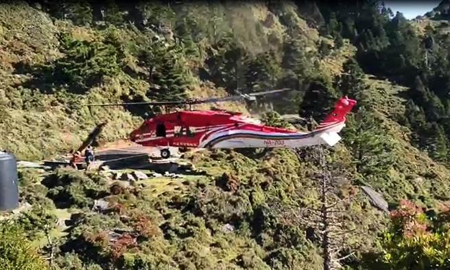 空勤黑鷹直升機以滯空方式完成救援,場面驚險。(熊出沒企業社提供)