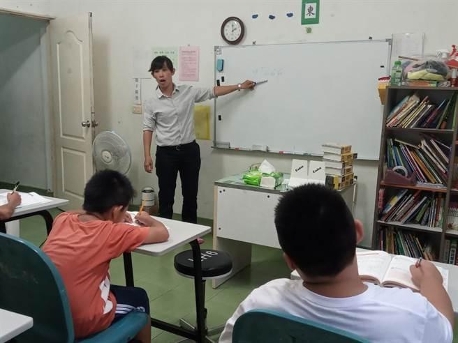 許雅惠育有6個孩子,在永康就業服務中心媒合下,進入橄欖園關懷協會擁有穩定收入。(曹婷婷攝)