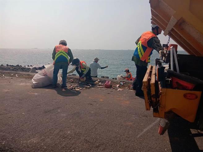 中秋4天連假,台南市政府環保局清潔人員共清出4.2噸垃圾。(環保局提供/洪榮志台南傳真)