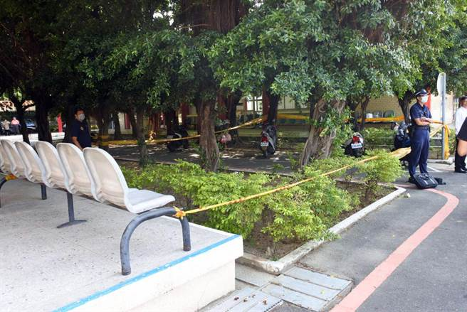台南市立殯儀館傳出槍擊案後,警方在現場圍起封鎖線。(讀者提供/洪榮志台南傳真)