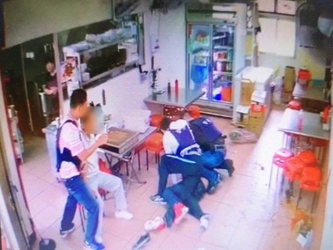 黃男擔心攜帶槍彈遭查獲,在警察盤查時以碎玻璃及嘴巴攻擊咬傷兩警,並被警查獲槍彈,台中地檢署將他起訴。(資料照片/陳淑芬台中傳真)