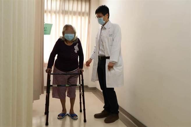 亞大醫院骨科部主治醫師蔡孟學(右)觀察患者術後恢復及復健情形。(林欣儀攝)