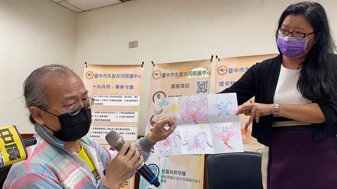 太太失智,曹先生是主要的照顧者,他以六格漫畫呈現照顧者心路歷程的轉化。(馮惠宜攝)