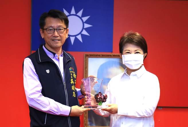 台中市長盧秀燕(右)6日鼓勵勞工局獲頒就業安定基金獎勵金,及多項守護勞權的獎項。(盧金足攝)