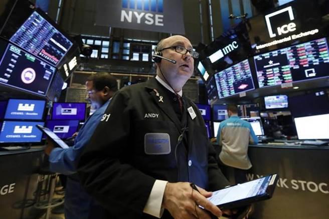 以過去經驗來看,美國總統重症或死亡,美股頂多下跌3%。(美聯社)