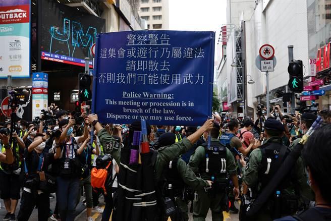 香港政治抗爭事件不斷,言論與新聞自由受剝奪,治安惡化,港人移民意願升高。有意移民者首選英國,其次為澳洲與台灣。(圖/路透)