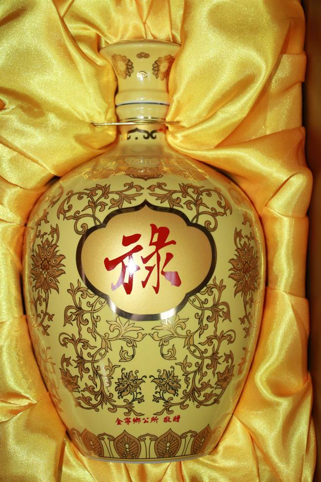 金寧鄉公所今年委製的「祿」字敬老酒,十分喜氣!(金寧鄉公所提供)