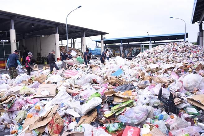 中秋連假過後,花蓮市垃圾爆量,其中資源回收輛攀升。(花蓮市公所提供/王志偉花蓮傳真)