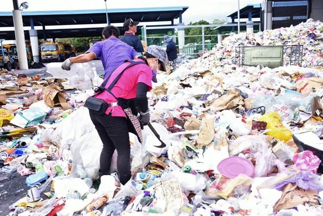 滿滿的垃圾量,清潔隊員需要一一分類。(花蓮市公所提供/王志偉花蓮傳真)