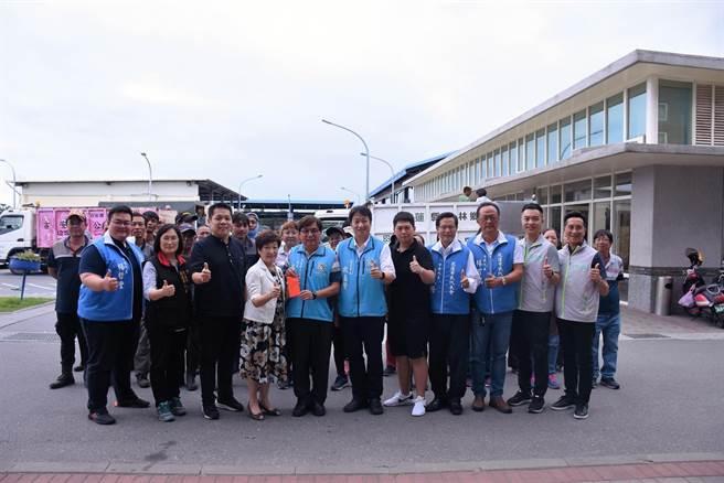市長魏嘉賢、市民代表會主席蘇美珠與多位代表,今慰勞清潔隊員辛勞。(花蓮市公所提供/王志偉花蓮傳真)