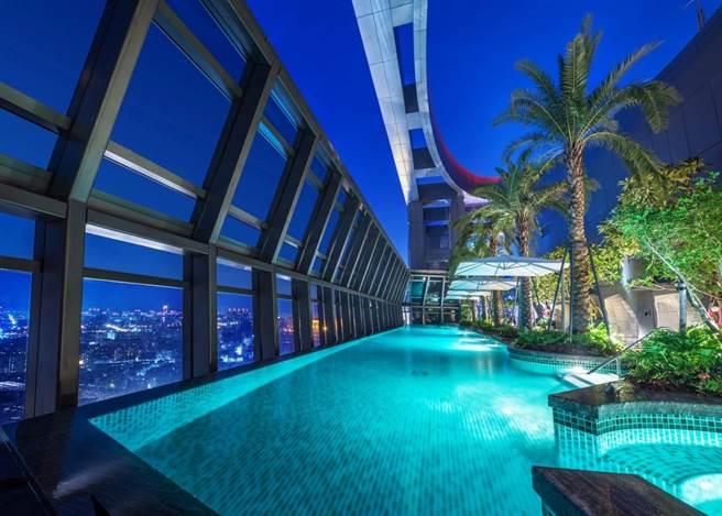 「板橋凱撒大飯店」高空戶外泳池。(凱撒飯店連鎖提供)