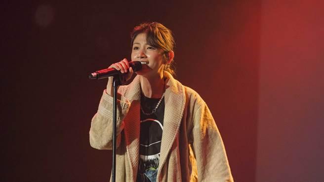 李千那穿著小鬼在《逃婚100次》的戲服獻唱。(滾石唱片提供)