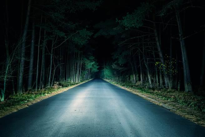 資深媒體人馬西屏日前在節目上分享陽明山藏有全台最陰公路,更提醒民眾若上山絕不能做3件事。(示意圖/Shutterstock)