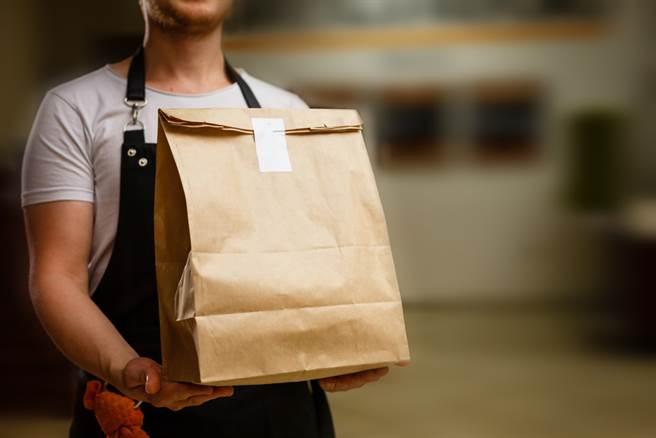 網友爆料,一位外送員疑似因為等餐時間過久,在百貨公司餐廳店門口對工作人員咆哮,還指名要找店長、老闆出來。(示意圖,達志影像)
