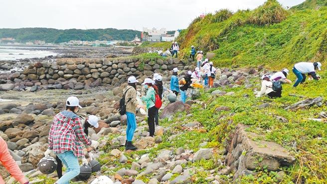 正大聯合會計師事務所(GT)約有150位同仁前往台灣北部的石門淨灘,盼讓台灣周邊的海洋變得更加美麗。圖/正大提供