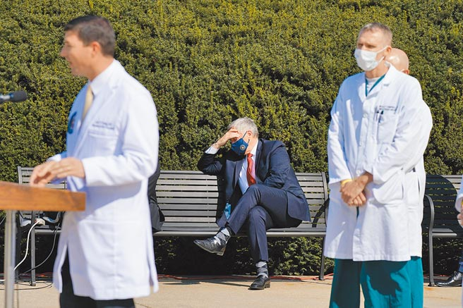 白宮幕僚長梅多斯(右),這幾天一個頭兩個大。梅多斯因為告訴媒體,川普住院當天血氧濃度驟降,不能說正在康復,令川普非常火大。圖為梅多斯聆聽川普御醫康利簡報。(美聯社)