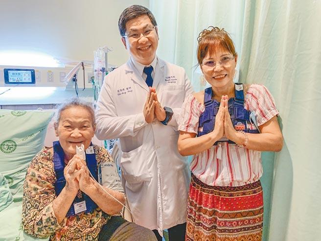 「開心」的黃女(右至左)、心臟外科主任翁啟峰及「開心」的泰國阿嬤,比出泰語的「謝謝」手勢。(羅浚濱攝)