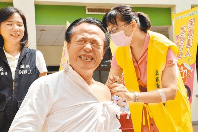 5日流感疫苗全面开打,嘉义县长翁章梁带头接种。(吕妍庭摄)