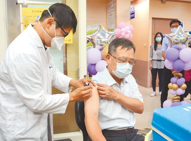 公費流感疫苗全國同步開打,澎湖縣長賴峰偉(右)帶頭施打。(陳可文攝)