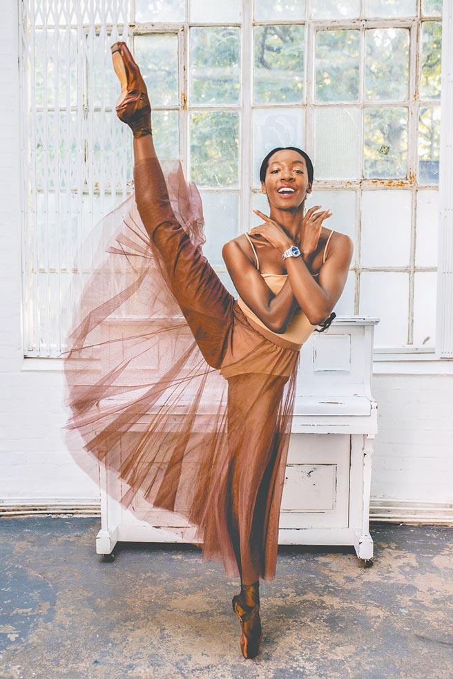 英国国家芭蕾舞团女舞者PRECIOUS ADAMS荣任BBC百大杰出女性,佩戴真力时Defy Midnight女表。(ZENITH提供)