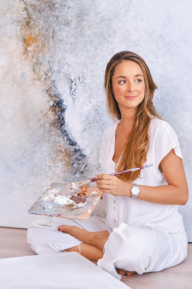 西班牙画家与建筑师TERESA J.CUEVAS受邀拍摄真力时Defy Midnight形象广告。(ZENITH提供)
