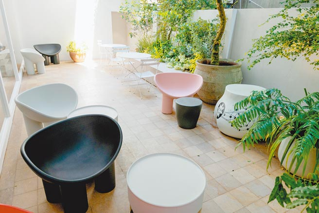 戶外Cafe區擺放英國設計師Faye Toogood設計的Roly Poly Chair。(Jamei Chen提供)