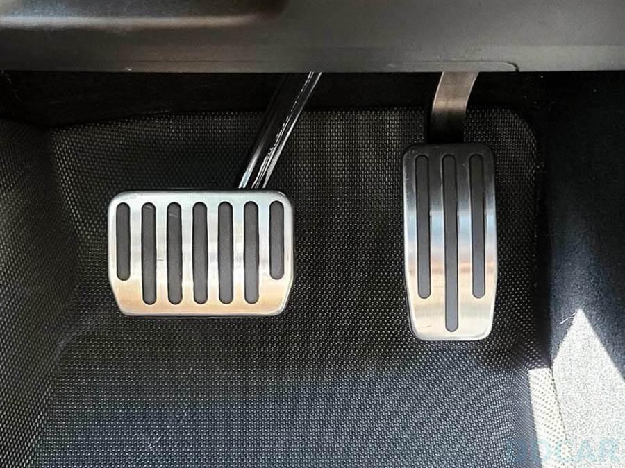 Model 3 金屬踏板配件分享:百元小資升級,擁有 Performance 風味的身心靈爽度