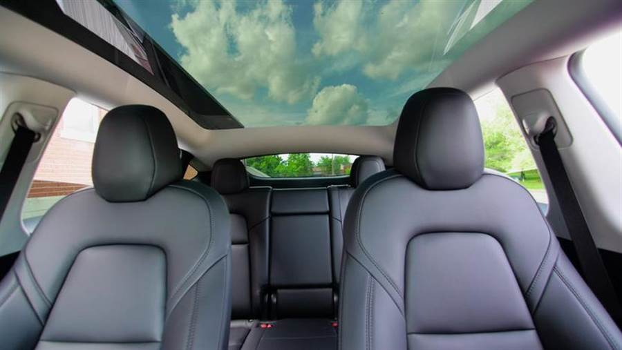 全球首部敞篷版 Model Y 誕生?!苦主現身:開在路上但車頂玻璃整片飛走了
