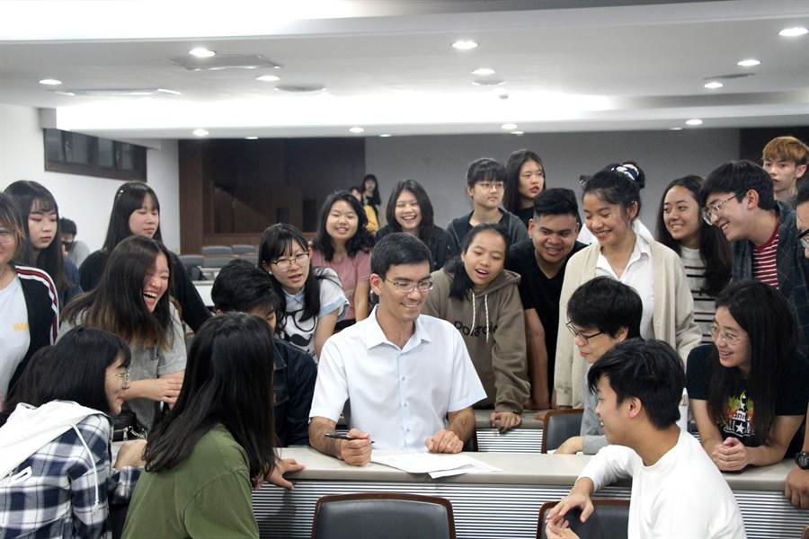 義大學生在歡樂氛圍中學習英語,英語能力自然成長。(林雅惠攝)