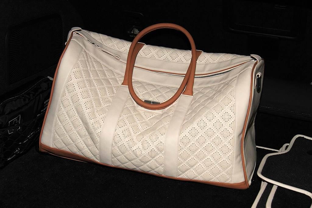 交車禮的其中之一為所選皮革相同材質的旅行袋。