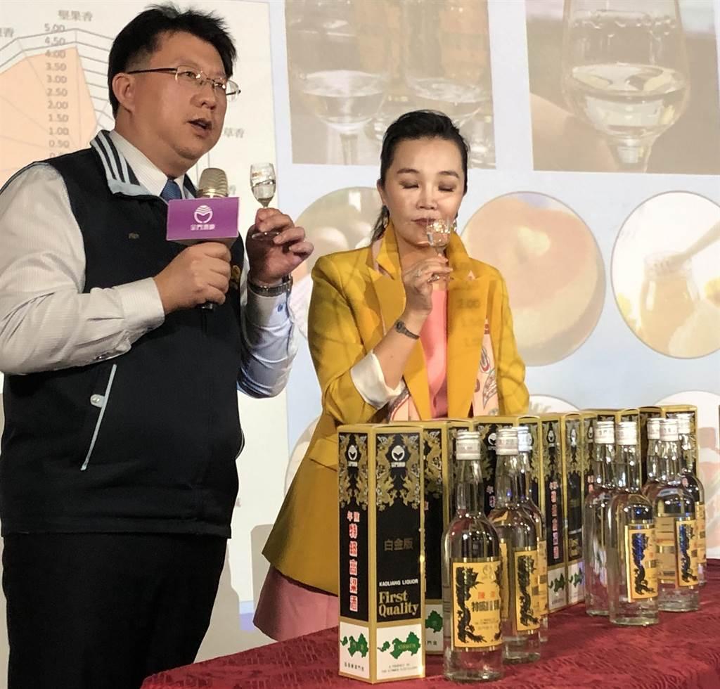 金門酒廠國家級評委呂宜儒(左)介紹白金版「黑金剛」酒液特色,強調多層次香氣讓人驚豔。(李金生攝)