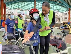 金山國小學童接待環台視障者  世界視覺日蒙眼體驗生命教育