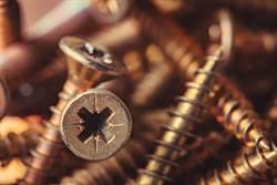 鋼鐵少年化身 從肚中取出30根螺絲釘 醫生嚇到吃手手