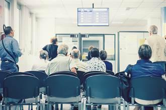 醫院看病遇70歲老人插隊超怒 全場一面倒苦勸