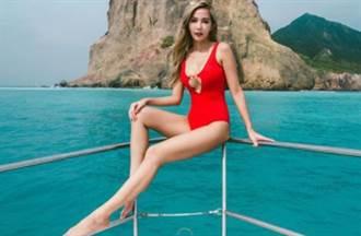 內衣闆娘大紅中空泳裝透出「X型邪惡弧度」打卡超狂海景