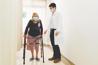 骨折換髖關節 8旬婦恢復行走