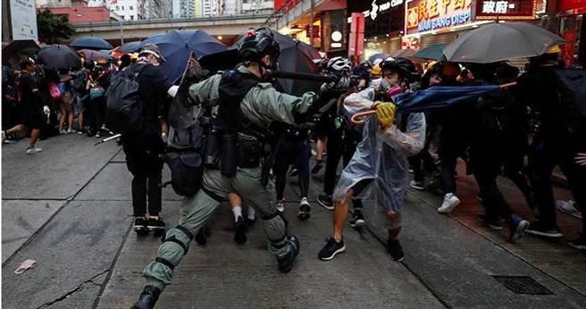 香港近年爆發多次「反送中」街頭抗爭,局勢動盪讓不少港人憂心,也因此激發他們想移民來台的念頭。(圖/達志/路透)