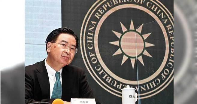 2020年9月2日台北市/行政院2日舉行「新版護照封面」記者會,外交部長吳釗燮(圖)表示,新版護照有3大重點:封面縮小「Republic of China」字樣,放在國徽旁邊,並放大「TAIWAN」字樣,但仍保留國徽,預定將在明年1月發行。對於被問到「REPUBLIC OF CHINA」縮小是否會引發爭議,吳釗燮則說,已做過相關評估,應該是沒有問題。(圖/報系資料庫)