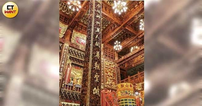 奉天宮主殿的雕梁畫棟,彰顯玉皇大帝的尊貴;祭祀北斗星君的光明殿則位於主殿的第二層。(圖/馬景平攝)