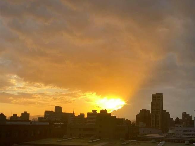 鄭明典分享「天邊開洞」照,金色光芒染黃整片天空。(翻攝鄭明典臉書)