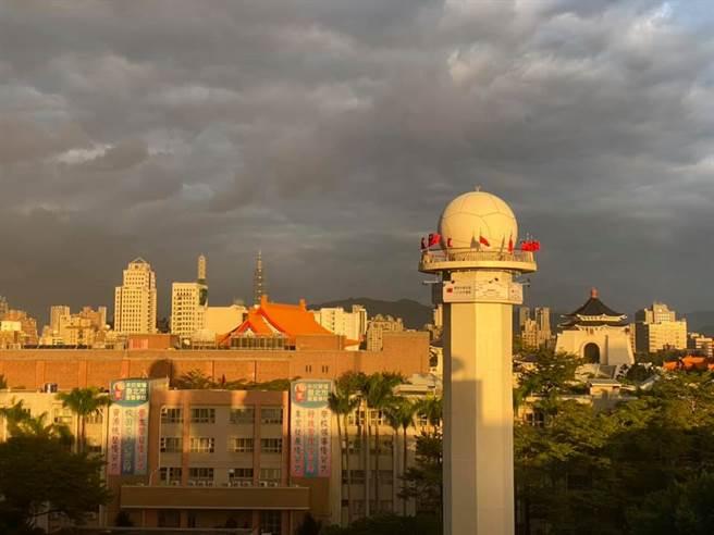 雲厚加上日落,這幾天的傍晚,天空特別鮮明。(翻攝鄭明典臉書)