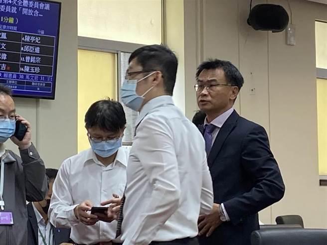 報告簡報仍在路上,主委陳吉仲要求負責單位儘速備齊。(李柏澔攝)
