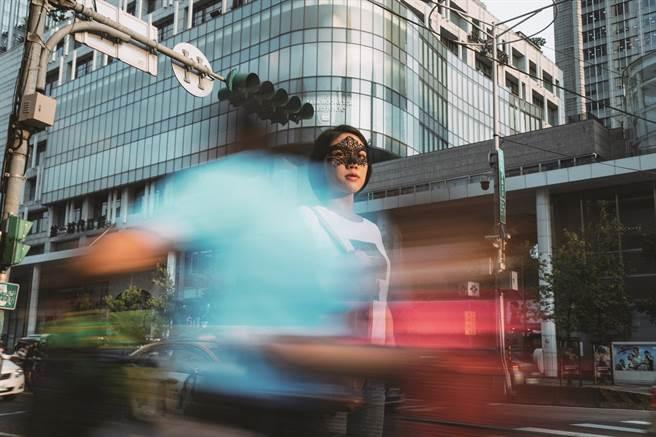 新世代創作者厭世姬成長於多元包容的台北,塑造出她直來直往的個性,奠定她受歡迎的主因。(攝影/蔡耀徵)