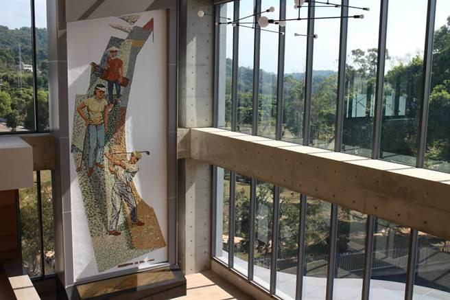 豐原高爾夫俱樂部原樣保存顏水龍大師創作的「高爾夫揮桿圖」馬賽克壁畫。(豐原高爾夫俱樂部提供/王文吉台中傳真)