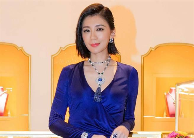 賈靜雯上億彩寶卡胸前 傳承裸鑽送愛女。(圖/品牌提供)