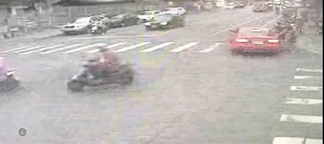 鍾姓男子駕駛紅色字小轎車(圖右上)在門口斜對面路口將學生擄走,路口監視器拍下過程。(花蓮警分局提供/王志偉花蓮傳真)