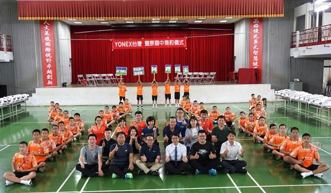 台中市議員謝志忠牽線優乃克(YONEX) 捐贈豐原國中100萬元球具。(王文吉攝)