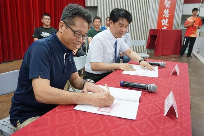 羽球拍品牌優乃克(YONEX) 台灣總經理宮前輝久(左)、豐原國中校長羅永昇(右)完成簽約儀式。(王文吉攝)