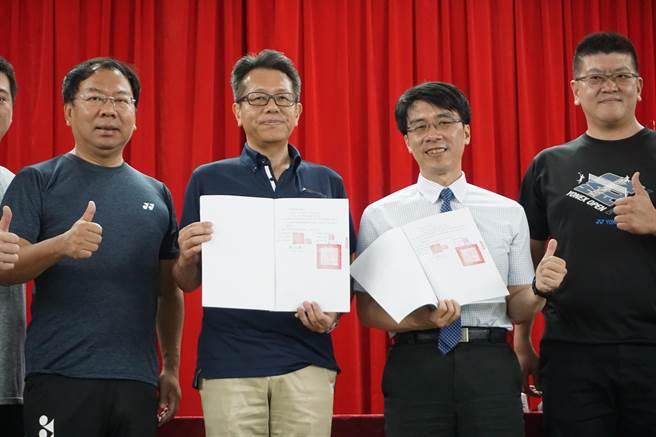 台中市議員謝志忠(左一)牽線優乃克(YONEX) 捐贈豐原國中100萬元球具。(王文吉攝)