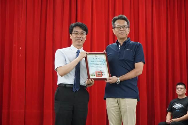 豐原國中校長羅永昇(左)回贈優乃克(YONEX) 台灣總經理宮前輝久(右)感謝狀。(王文吉攝)